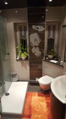Bad größer durch einklappbare Duschwand